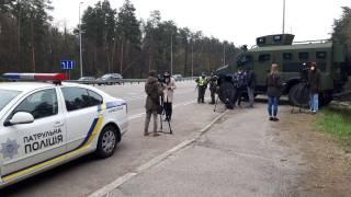Киев окружили полицейские с автоматами на броневиках