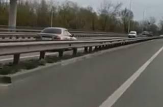 В Киеве неадекватный водитель на луганских номерах гонял по встречной полосе: очевидцы слили видео