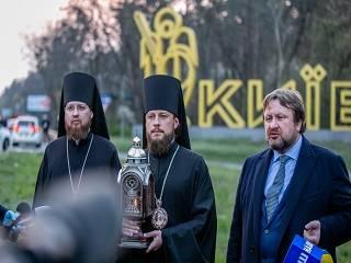 Делегация УПЦ доставила в Украину Благодатный огонь