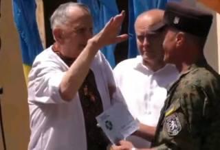 Престарелый украинский нацист расчувствовался и зиганул в момент награждения