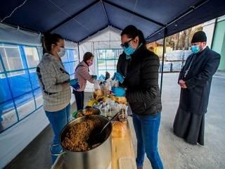 В Киеве духовенство УПЦ и волонтеры помогают бездомным