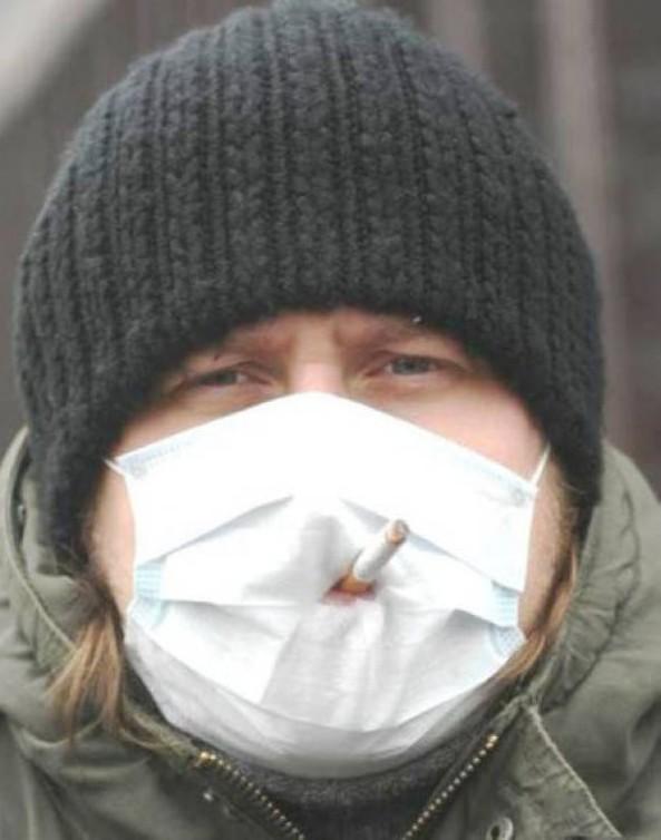 курит в медицинской маске