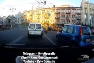 Хотел проскочить на красный: в Сети опубликовали видео жуткого ДТП в центре Киева (18+)