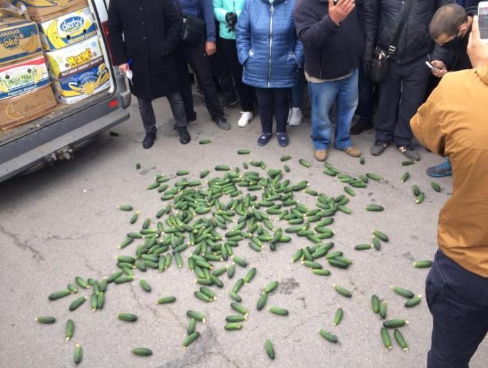 Фермер выбросил на проезжую часть огурцы протестуя против карантина