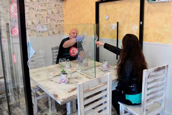 В Испании посетителей ресторанов защитить от коронавируса пластиковыми перегородками