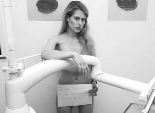 Французские стоматологи уcтроили голый протест