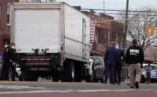 В Нью-Йорке обнаружили грузовик, забитый гниющими трупами (18+)