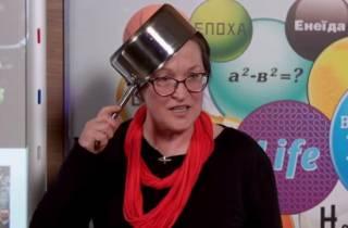 Учительница, рассказывавшая украинским детям о Евромайдане с кастрюлей на голове, преподавала историю КПСС?