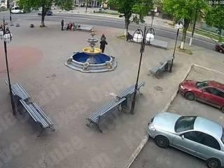 Появилось видео, как под Киевом женщина с ребенком эпично навернулись с фонтана