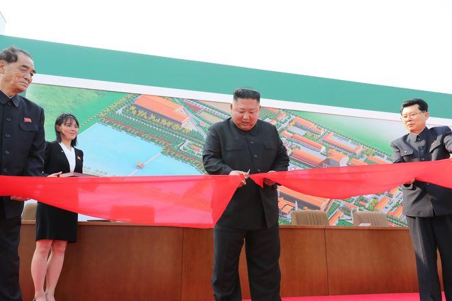 Ким Чен Ын побывал на открытии завода по производству удобрений в Сунчхоне