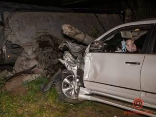 В Днепре «пьяный» Lexus снес столб и врезался в забор