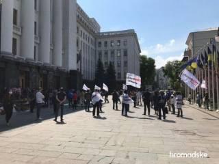 Под окнами Зеленского протестовали недовольные карантином предприниматели