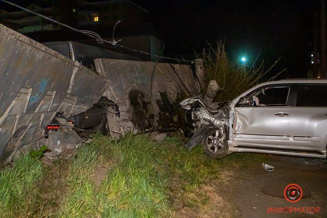 В Днепре Lexus протаранил ограждение автостоянки