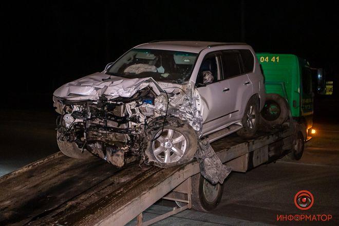 Поврежденный Lexus забрал эвакуатор