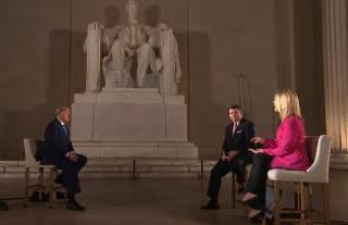 Уставший Трамп встретился с телевизионщиками: все были без масок