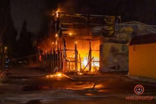 Ночью в Днепре сожгли магазин: появилось видео