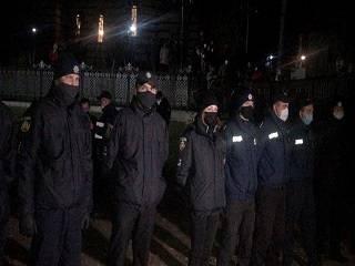 На Буковине ночью представители ПЦУ с ломом и болгаркой попытались захватить храм УПЦ