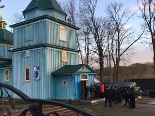 На Ровенщине активисты ПЦУ заглушают службы УПЦ громкоговорителями
