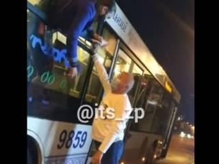 Появилось видео, как в Запорожье девушка пыталась сбежать из автобуса через окно