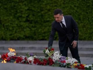 Зеленский возложил цветы у Вечного огня в Киеве и на Закарпатье
