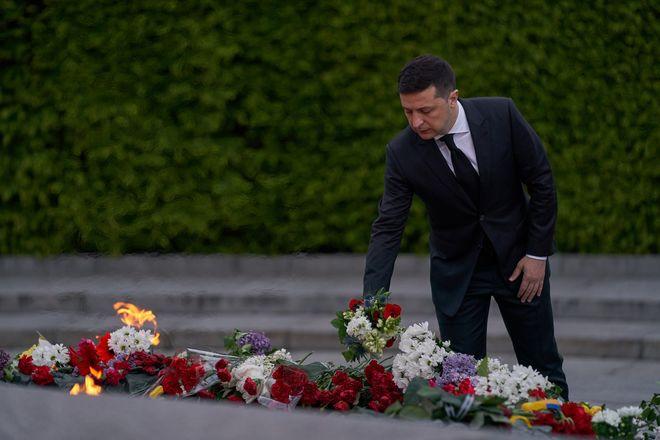 Зеленский возложил цветы у Вечного огня в Киевском парке Вечной Славы