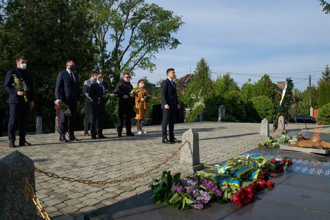 Владимир Зеленский побывал на Закарпатье, где посетил Холм Славы и почтил памят погибших во ВМВ