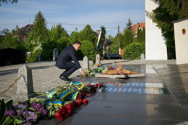 Владимир Зеленский побывал на Закарпатье, где посетил Холм Славы и почтил памят погибших