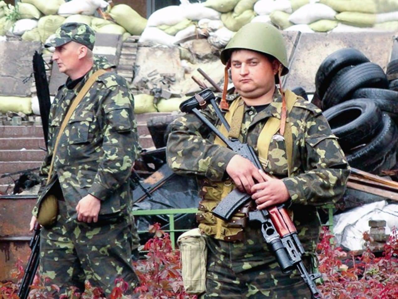 Бойцы 20-го тербата на охране здания Мариупольского горсовета, 8 мая 2014 г.