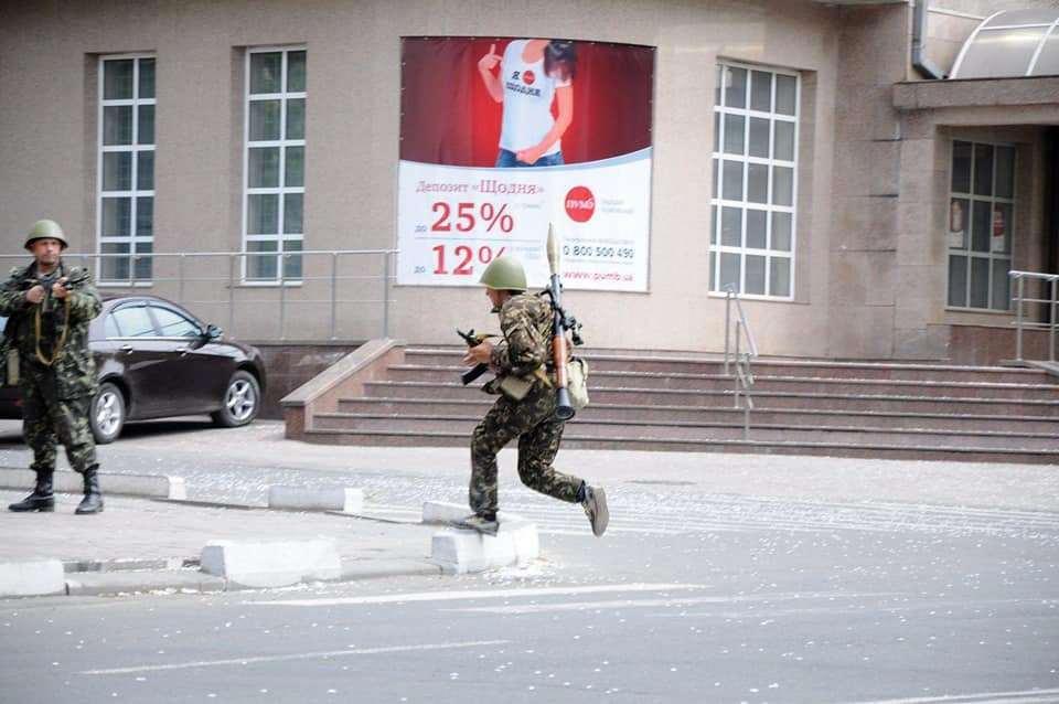 Так бойцы украинского батальона передвигались по Мариуполю, 2014 год