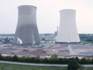 В Германии эпично подорвали две огромные гиперболоидные градирни