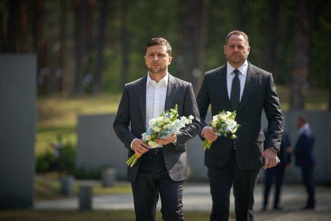 Зеленский посетил мемориал в Быковне