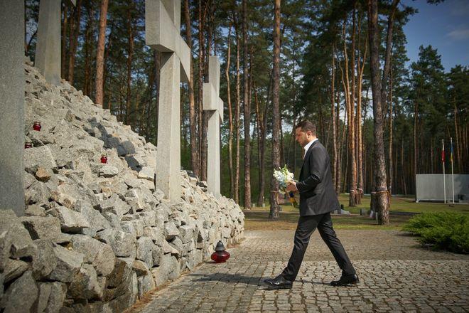 Зеленский возложил цветы у братской могилы в Быковне