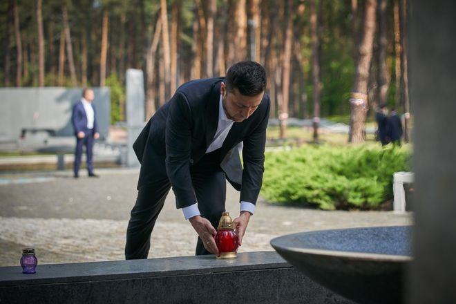 Зеленский установил установил лампаду у центрального монумента в Быковне