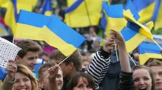Больше половины украинцев считают, что страна движется куда-то не туда. И при этом счастливы