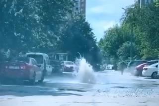 В Киеве из-под асфальта внезапно забил фонтан из-за прорыва теплотрассы