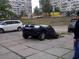 В Киеве под землю внезапно провалилась иномарка