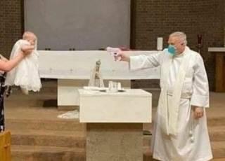 Американский священник во время крещения «расстреливает» детей из водяного пистолета