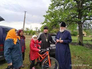 Митрополит УПЦ оказал помощь погорельцам на Житомирщине