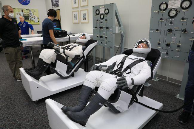 Скафандры SpaceX на двух астронавтах NASA