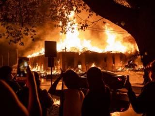 В американском Миннеаполисе продолжаются массовые погромы после зверского убийства чернокожего