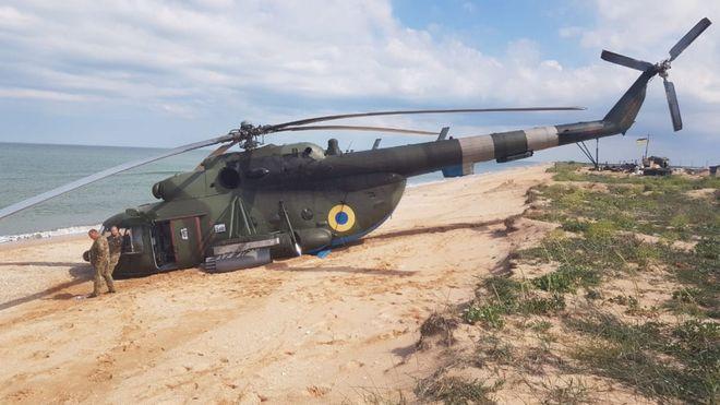 Вертолет Ми-8 совершил аварийную посадку на берегу Азовского моря