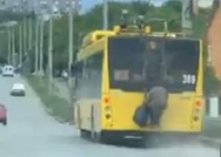 В Черновцах пенсионерка эпично прокатилась верхом на автобусе
