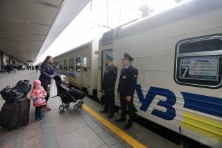 В Украине возобновилось движение поездов. На очереди самолеты