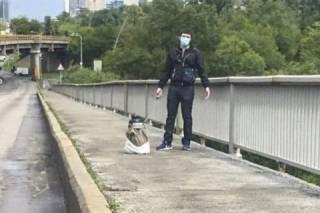 В Сети появилось видео задержания мужчины, угрожавшего взорвать мост Метро в Киеве