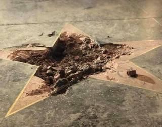 На фоне протестов в США кто-то разбил звезду Трампа на Аллее славы