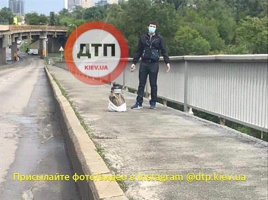 Неизвестный мужчина, угрожающий взорвать мост Метро в Киеве