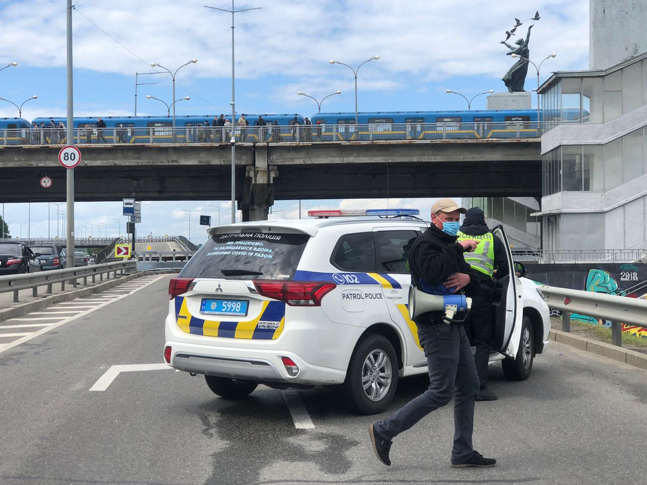 Полиция на мосту Метро