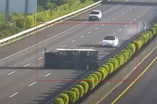 Появилось видео, как на Тайване Tesla на автопилоте врезалась в фуру