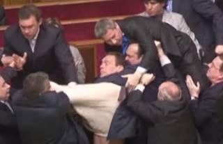Королевский оперный театр Бельгии решил завлечь зрителей кадрами мордобоя украинских депутатов