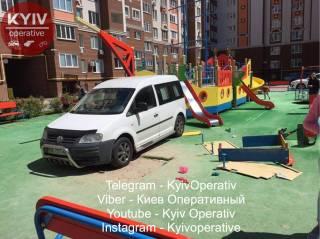 Водитель в халате припарковался прямо посреди детской площадки под Киевом